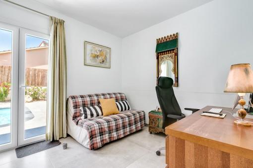 Despacho o dormitorio con acceso a la terraza
