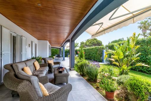 Encantadora terraza con jardín mediterráneo