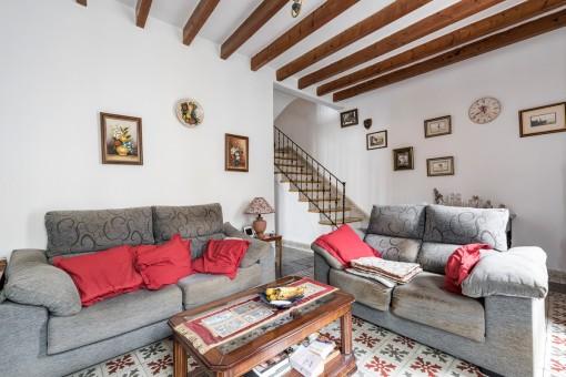 Hermosa sala de estar con vigas de madera