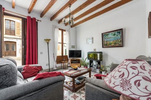Vista alternativa de la sala de estar con puerta principal