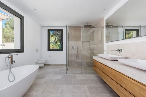 Baño lujoso con bañera y ducha