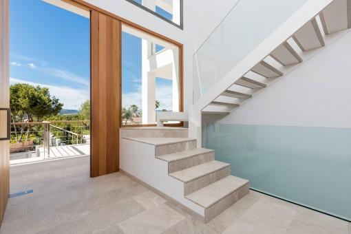 Una escalera elegante lleva a la planta superior