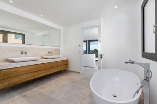 Vista alternativa del baño en suite