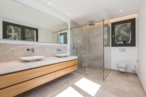 Otro baño con ducha a nivel de suelo