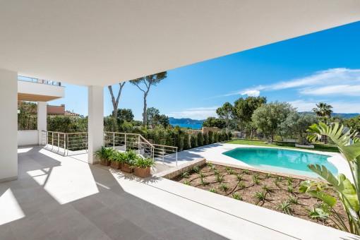 Terraza cubierta con jardín bien cuidado