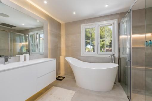 Todos los dormitorios tienen un baño con bañera y ducha