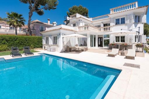 Vista exterior de la propriedad con piscina climatizada