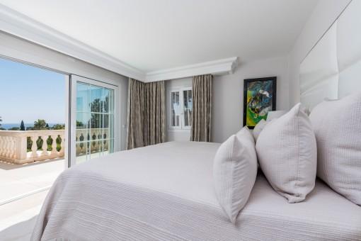 Hermoso dormitorio con acceso a la terraza con vistas al mar