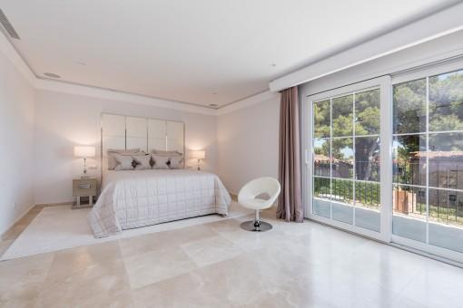 Dormitorio grande y luminoso con acceso a la terraza