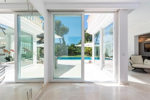 La sala de estar ofrece acceso directo a la zona de piscina