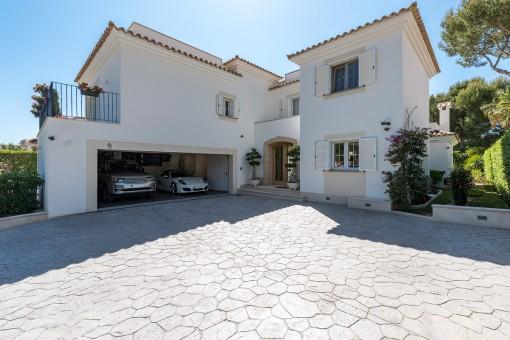 Acceso atractivo a la vivienda con garage doble