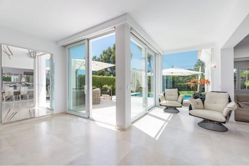 Sala de estar llena de luz gracias a las grandes ventanas frontales