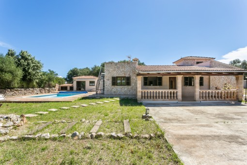 Chalet revestido de piedra con amplia casa de barbacoa, piscina y garaje cerca de Sencelles