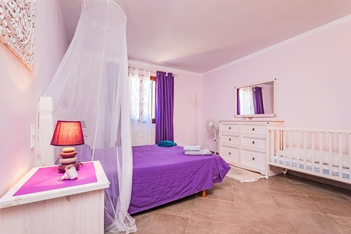 Otro dormitorio con cama doble