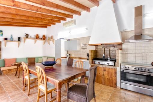 Hay una cocina fantástica con barbacoa en la casa para los invitados