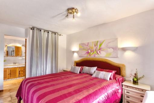 Hermoso dormitorio con baño en suite
