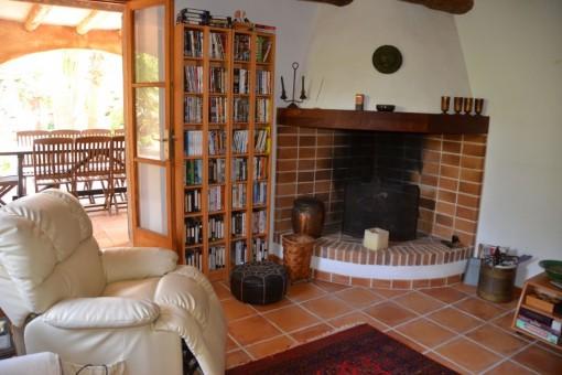 Rincón de chimenea en la sala de estar