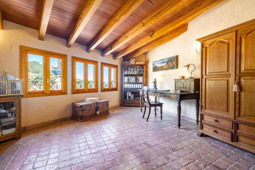Único despacho con elementos de madera e inclinación del tejado