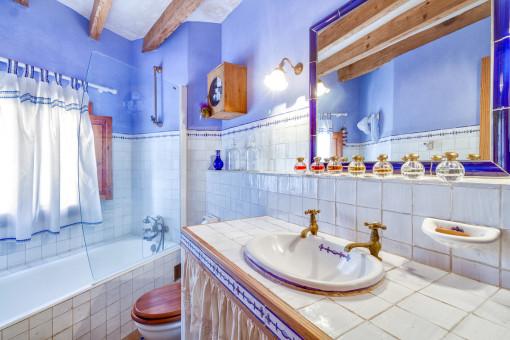 Hermoso baño con bañera
