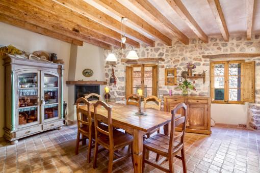 Aunténtico comedor con chimenea y paredes de piedra