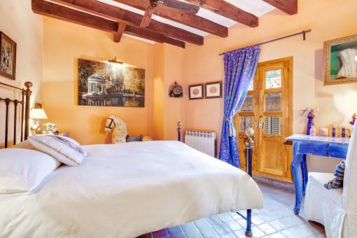 Maravilloso dormitorio con cama doble