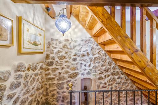 Vistas de las escaleras y de las paredes de piedra