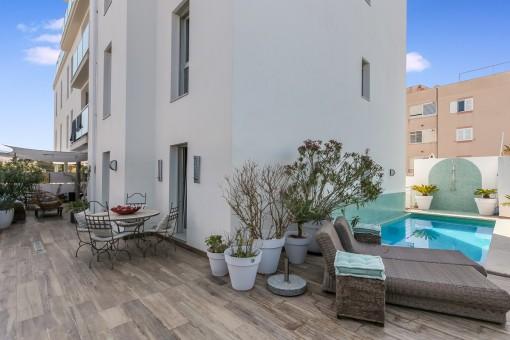 Terraza con acceso a la piscina
