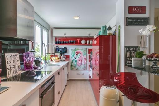 Cocina totalmente equipada con elementos rojos