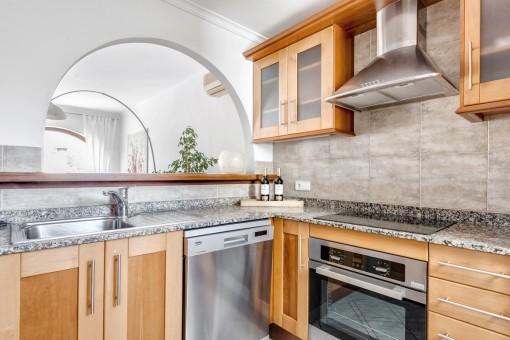 Cocina totalmente equipada con pasaplatos a la sala de estar