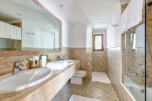 Baño espacioso con bañera