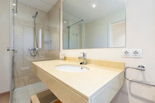 Baño moderno con ducha a nivel del suelo