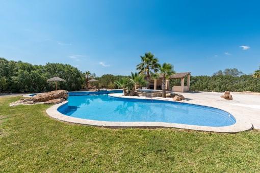 Zona de piscina diseñada con mucho gusto