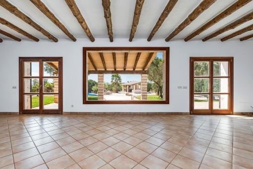 Luminosa sala de estar con ventana panorámica