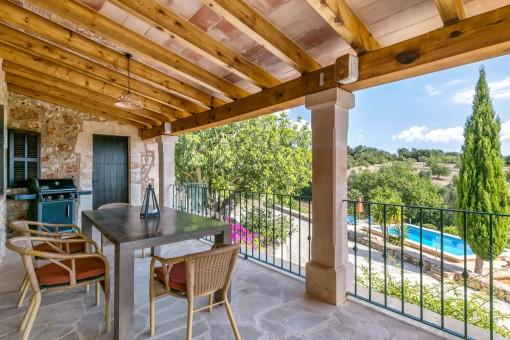 Estupenda terraza con comedor y vistas a la piscina