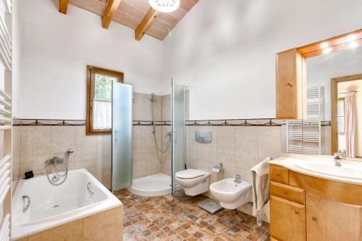 Baño espacioso con bañera y ducha