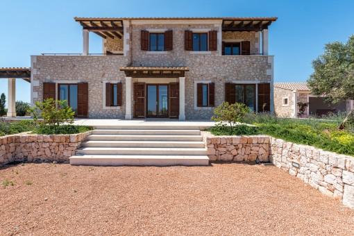 Finca de nueva construcción en una zona idílica con piscina y preciosas vistas al paisaje y al mar en Santanyí