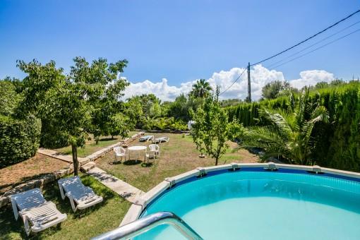 Zona de piscina espaciosa y jardín