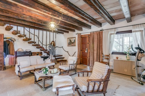 Sala de estar rústica con vigas de madera