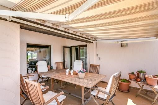La terraza con toldo ofrece espacio para 7 personas