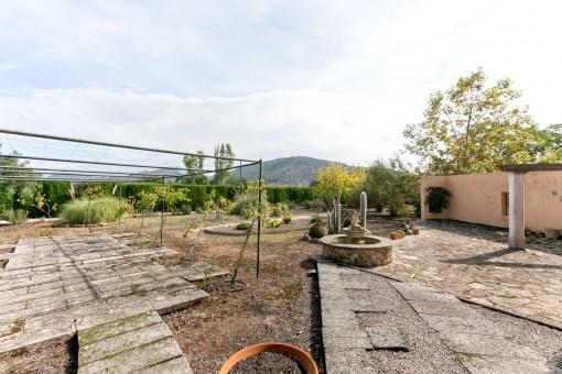 Amplio jardín con vistas a la montaña