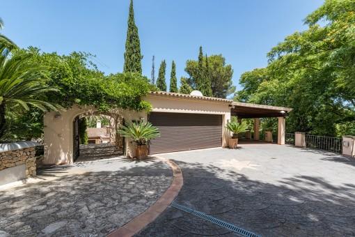 La villa ofrece un garaje