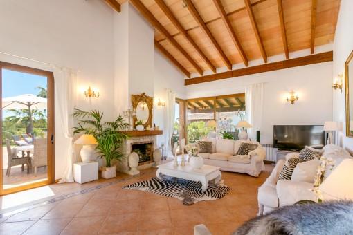 Hermosa sala de estar con chimenea