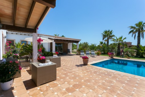Idílica terraza al aldo de la piscina