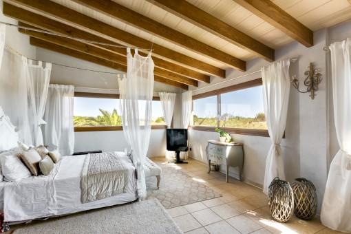 Dormitorio doble con ventanas panorámicas