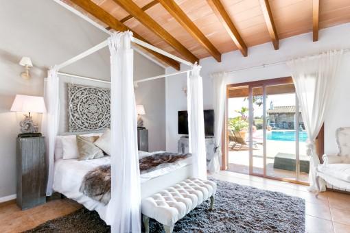 Comfortable dormitorio doble con acceso a la terraza