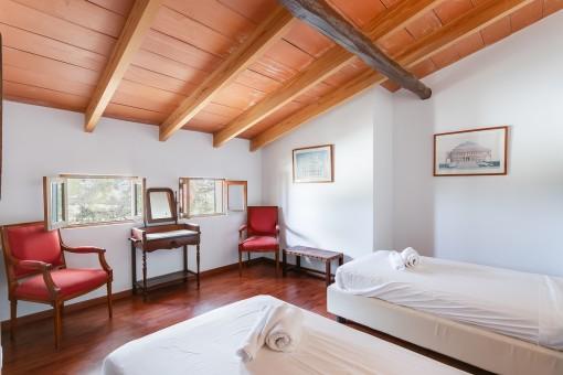 Confortable dormitorio con techo de madera