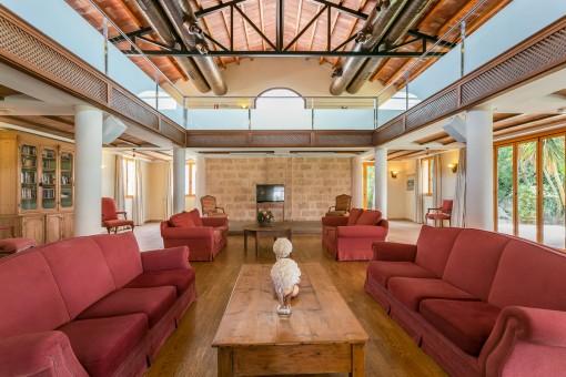 Acogedora sala de estar con techo alto