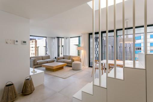 Área de estar con gran ventana frontal
