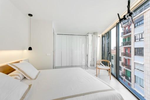 Dormitorio con ventana frontal