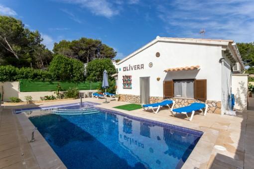 Cómodo y espacioso bungalow con licencia de alquiler vacacional, piscina y solar extra en Son Serra de Marina